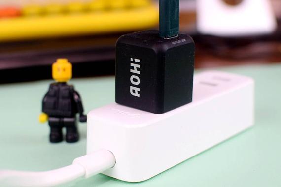 与苹果原装充电器一样大,充电功率却高达30W