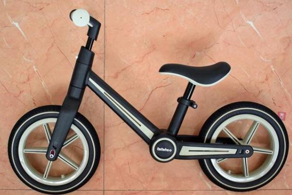 骑上我心爱的滑步车,我马上就要长大了